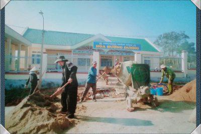 Hình ảnh phụ huynh phối hợp với nhà trường làm sân