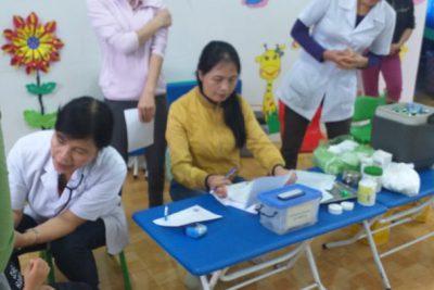 Trường phối hợp với trạm y tế và cha mẹ học sinh, tiêm vắc xin sởi cho trẻ tại trường